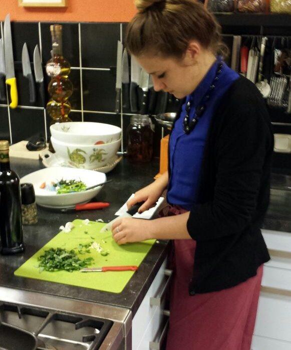 koken in studio groenten snijden