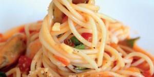 spagetti met verse tomaat en basilicum