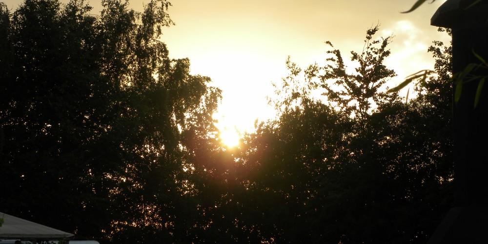 de zon gaat onder geslaagd feest
