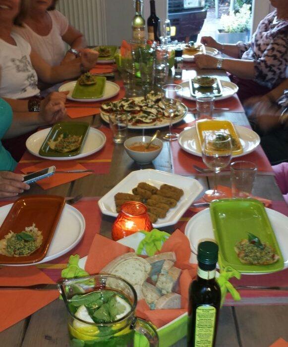 Antipasti eten aan tafel